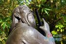 """公园雕塑受损 """"乐圣""""的箫被人换成了铁管"""