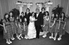 美国父母拘禁13名子女被捕