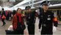 郑州铁路乘警为春运列车保驾护航