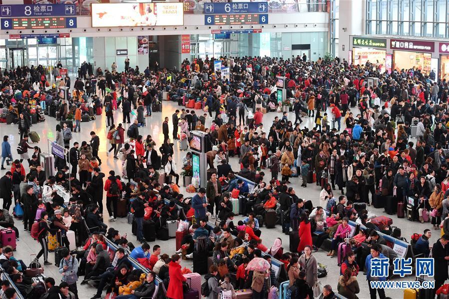 春节返程客流高峰的火车站