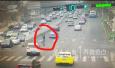 青岛:过马路闯红灯 女子引发交通事故进急救室