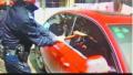 一岁宝宝被反锁车内 民警破窗钻入车内救出婴儿