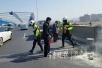 高架桥上货车货物自燃 过路民警与交警联手处置险情