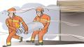 惊险!火场液化气罐泄漏 消防官兵徒手排险