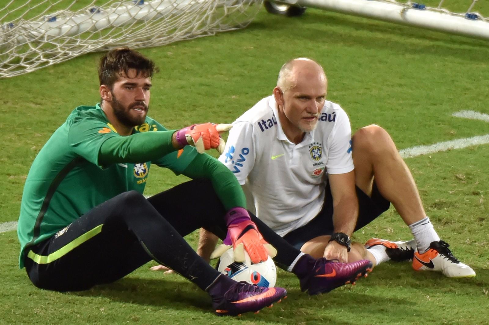 图为2016年10月8日,巴西队守门员教练塔法雷尔(右)与巴西队门将阿里森在备战2018年俄罗斯世界杯预选赛对阵委内瑞拉队比赛前的训练中。