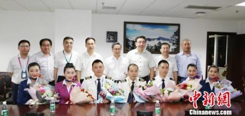 5月14日晚,机组亮相成都市第一人民医院,前排中间男性为机长刘传健。 时光 摄