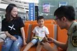 """妻子包的""""爱心粽""""成为萧山机场里的温暖风景线"""