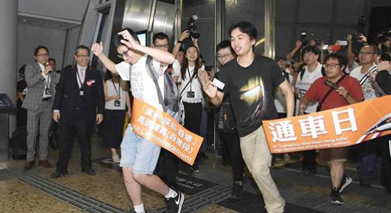 广深港高铁通车 乘客冲过彩带