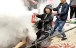 """秦皇岛:新人遭""""婚闹""""被灭火器狂喷 网友炸锅"""