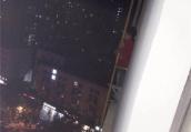 惊险!民警3分钟跑上15楼,撞门翻窗抱回呼救男童