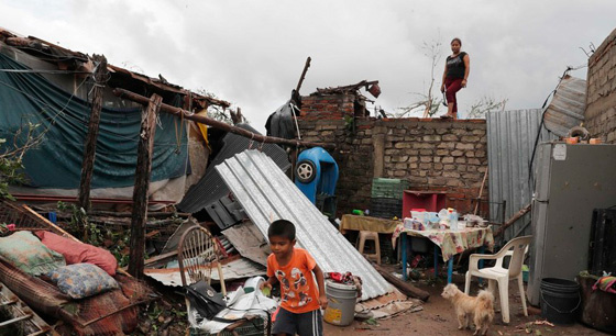"""飓风""""威拉""""袭击墨西哥 灾民生活困难重重"""