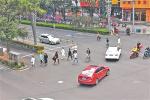 """5分鐘百餘行人肆意橫穿馬路,寧波一過街天橋緣何被""""冷落"""""""