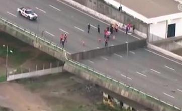 巴西 圣保罗高速路桥体断裂 交通瘫痪