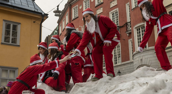 """1400名""""圣诞老人""""街头慢跑为公益发声"""