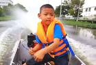 5岁娃开摩托艇上学