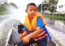5歲娃開摩托艇上學