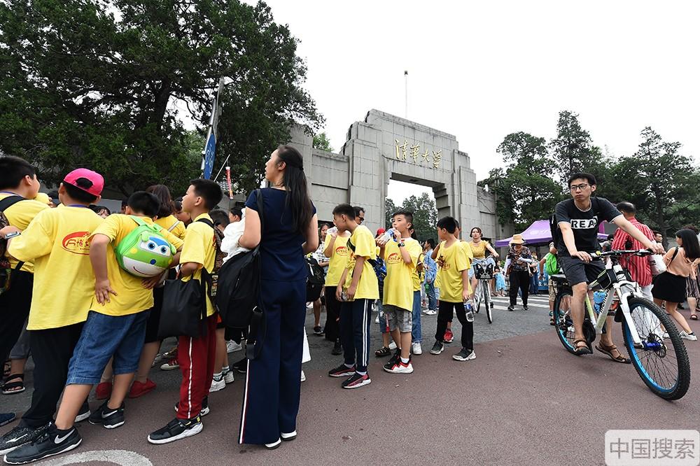 2019年7月17日,北京,暑期已经拉开帷幕,清华大学又一次迎来参观高峰期,来自全国各地的学生及老师家长进校参观游览,一睹名校风采。图为清华大学西门外人潮涌动,热闹非凡。中国搜索宋家儒摄