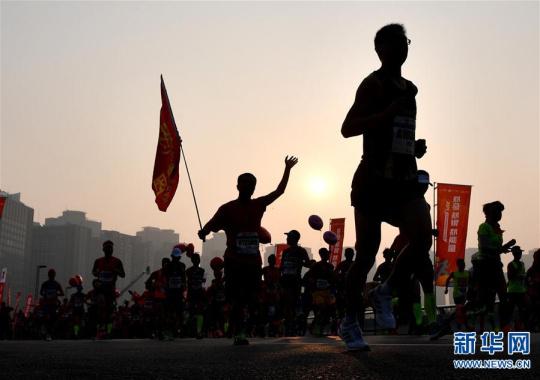 2019郑州国际马拉松赛鸣枪开跑