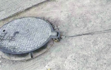 井盖现拳头大窟窿几个月无人修 三门峡市政部门回应