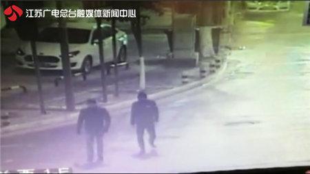 夜间多辆豪车被砸窗盗窃 专挑奔驰宝马作案