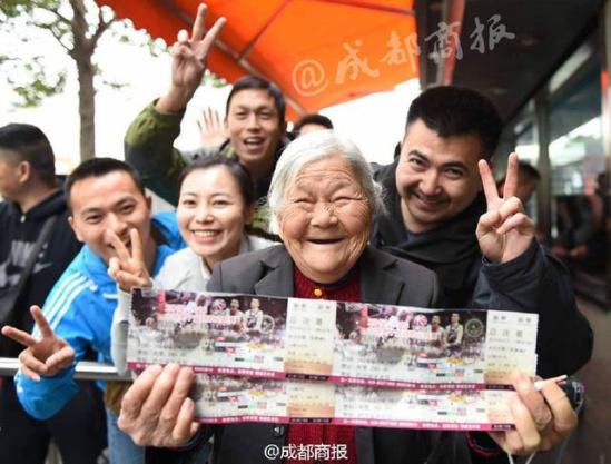 老太凌晨排队为儿买票 数百球迷让她插队(图)