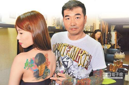 """桃园市民""""米米""""左决定将过世的男友肖像刺青在背部。台湾《中国时报》/赖佑维 摄"""