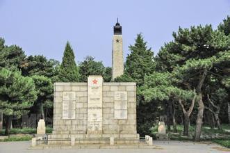 在沈阳抗美援朝烈士陵园向烈士敬献花篮