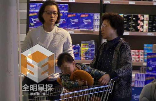 43岁董卿素颜逛超市 疑爱子首曝光-中国搜索娱乐