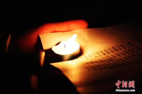 组图:大学生办烛光祭 悼念南京大屠杀死难者