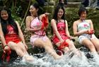 广东女子穿肚兜上山洗龙舟水