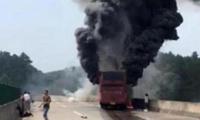 湖南大巴事故:养路工人用石块砸窗 6名女乘客获救