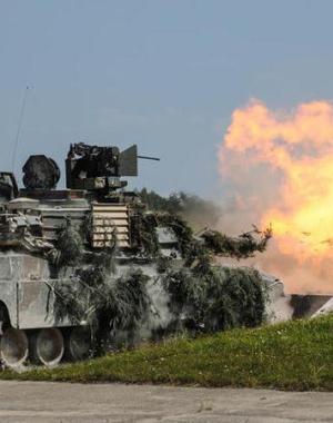 驻德美军坦克巨炮射击 车身震动尘土飞扬
