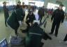 男子在火车站候车室晕倒 客运人员急伸援手(图)