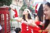 四川一高校人工降雪过圣诞 美女裙装抢镜