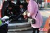 两儿童被藏后备箱乘车赶庙会 司机涉超载受罚