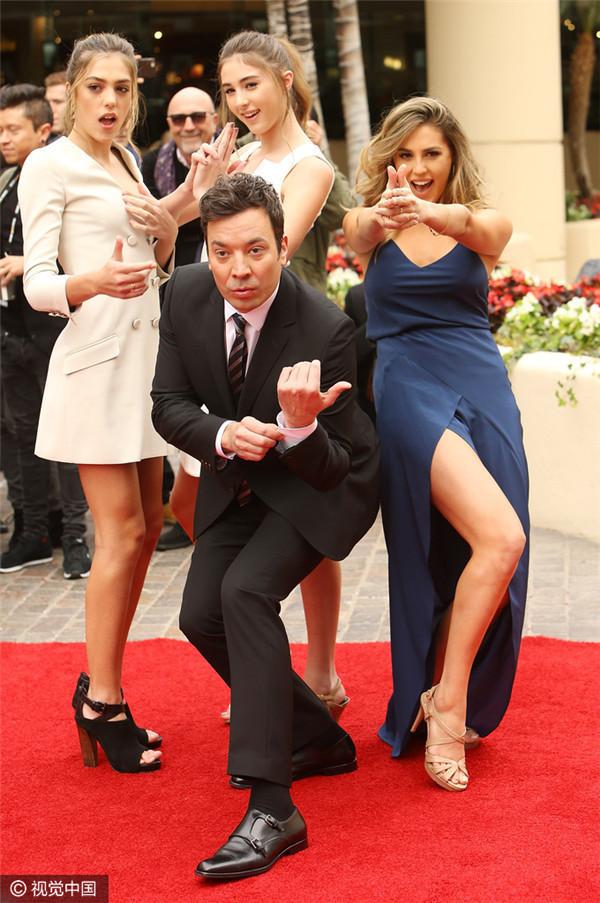 现场三位美少女大秀超模身材,与吉米·法伦搞怪合影十足抢镜。