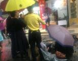 温州市区一广告牌突然坠落,一过路女子被砸受伤
