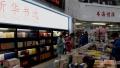 世界读书日青岛街拍 认真读书的你最美丽