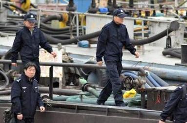 雷霆出击! 摧毁走私成品油团伙:统一收网 码头查获走私船舶