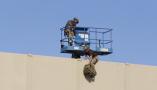 严防翻墙!美国墨西哥边境墙原型测试翻越难易程度