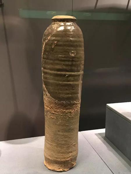 灰绿釉鸡腿瓶-首都博物馆藏。这件首都博物馆藏的褐釉鸡腿瓶和传统意义上的梅瓶在器形上更为相似。但契丹民族的兴起,差不多在北宋时期,晚于唐朝,所以,梅瓶应该和鸡腿瓶其实并没有什么关系。