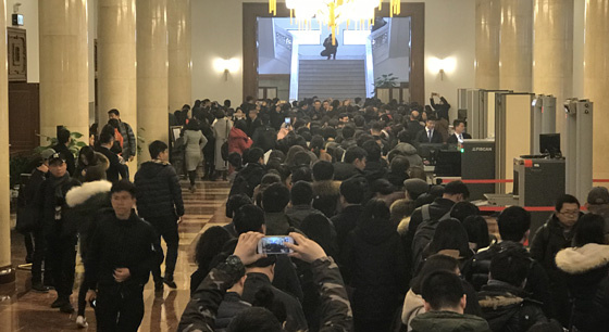 2018全国两会:记者排队领证场面壮观