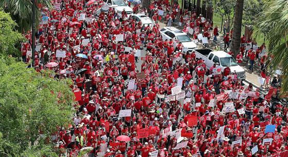 美国教师举行大罢工