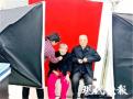 满满的爱!八旬老人推着坐轮椅的老伴补办结婚证