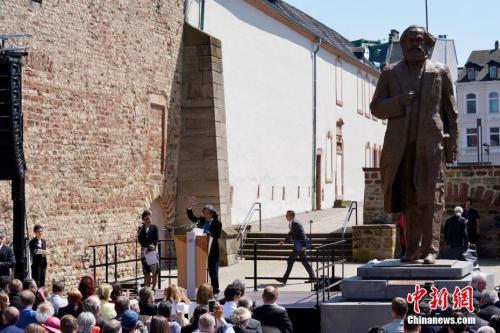 资料图:5月5日,中国赠送的马克思雕像在其故乡德国特里尔正式揭幕。<a target=