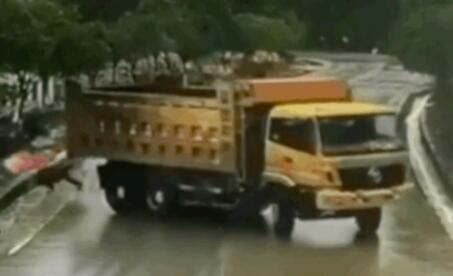 路上请远离大货车!