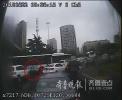青岛公交司机雨中指挥交通近20分钟 乘客微博点赞