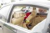 两岁娃被锁车内,民警隔窗安抚破涕为笑