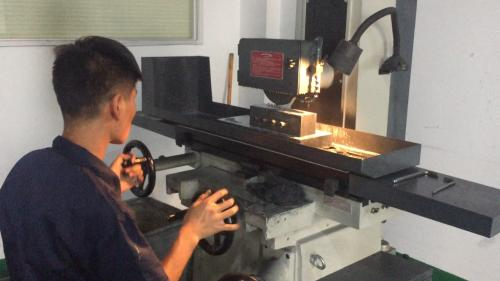 图为:司泰克材料科技公司研制新材料过程 项菁 摄