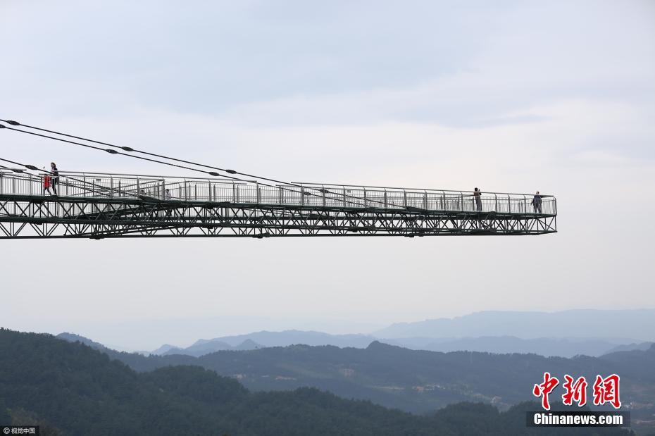 """吓破胆!重庆现高80米""""天空悬廊"""":桥面全都是透明玻璃"""